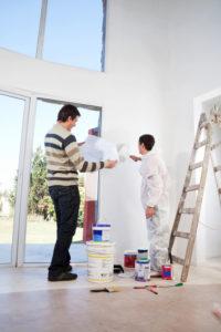 Peintre en batiment qui discute avec un client